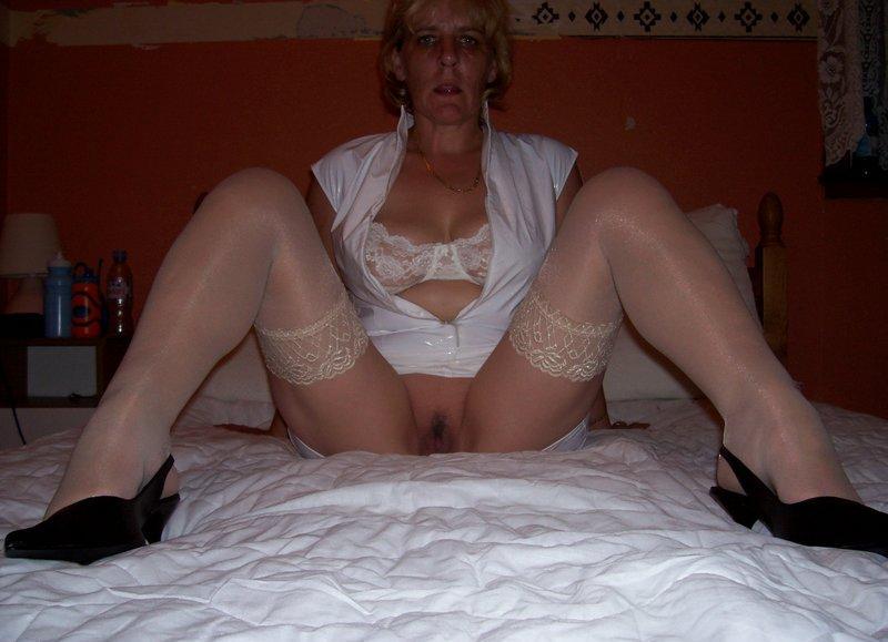 Belle garce de femme mature recherche des jeunes puceaux.